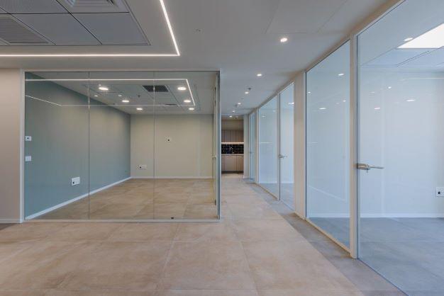 """200 מ""""ר משרד להשכרה במגדל חדש בגזרת בסר, אופן ספייס, מחיצות זכוכית"""