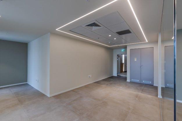 """200 מ""""ר משרד להשכרה במגדל חדש בגזרת בסר, אופן ספייס, תאורת לד מדהימה"""
