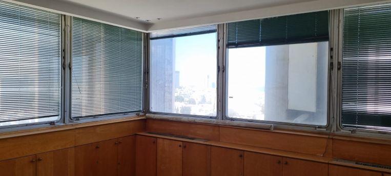 """800 מ""""ר משרד להשכרה במגדל ידוע ליד בית המשפט, לפני שיפוץ והתאמות, חדר עבודה"""