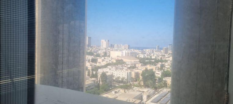 """800 מ""""ר משרד להשכרה במגדל ידוע ליד בית המשפט, לפני שיפוץ והתאמות, קומה גבוהה, נוף לים"""