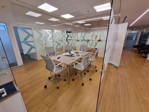 """540 מ""""ר משרד מטופח להשכרה בבנין בוטיק בבורסה בר""""ג, חדר ישיבות 2"""